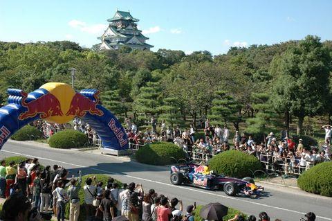 大阪城バックにレッドブル走行デモ