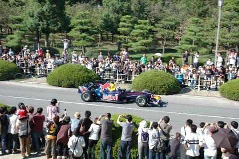 大阪城バックにレッドブル走行デモ2