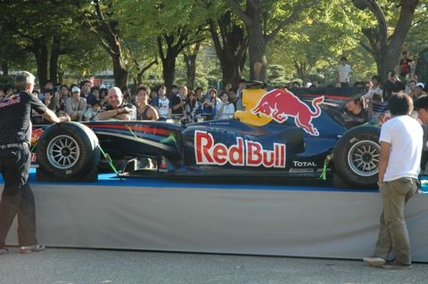 天守閣バックのRed Bullフォトセッション(F1カー)